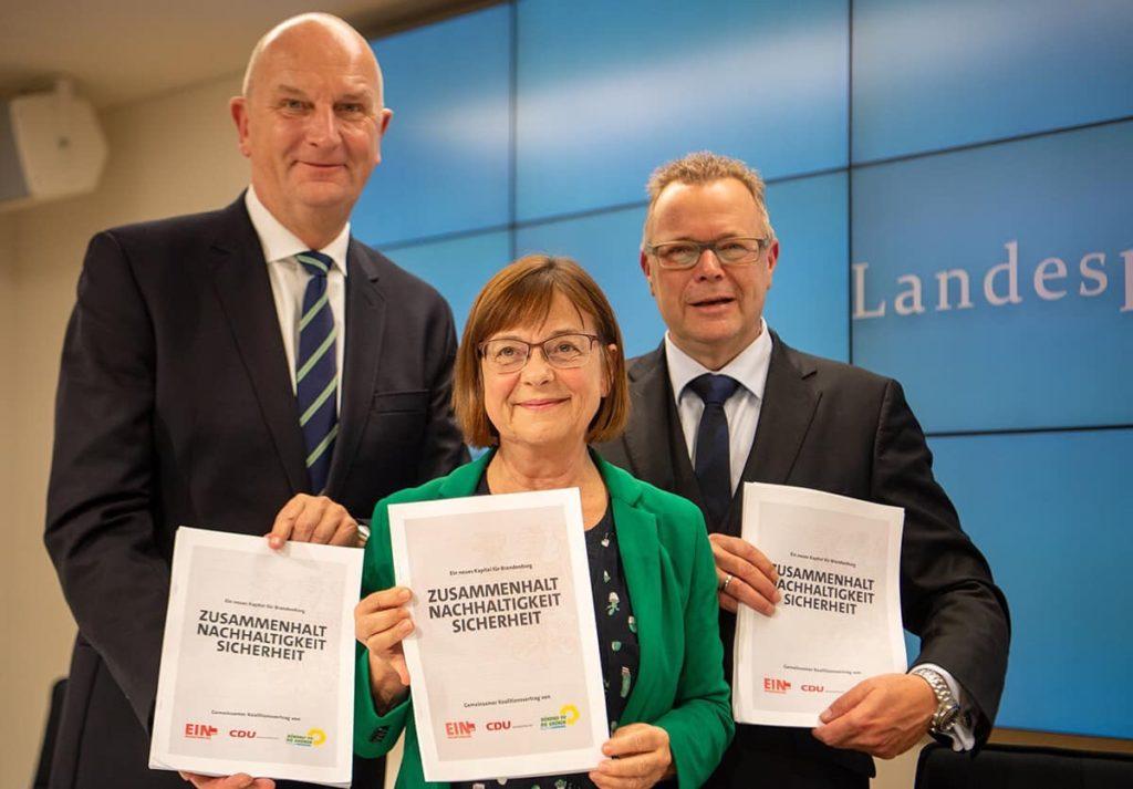 Dr. Dietmar Woidke (l., SPD), Ursula Nonnemacher (Bündnis 90/Die Grünen) und Michael Stübgen (CDU) stellen den Koalitionsvertrag für Brandenburg vor.